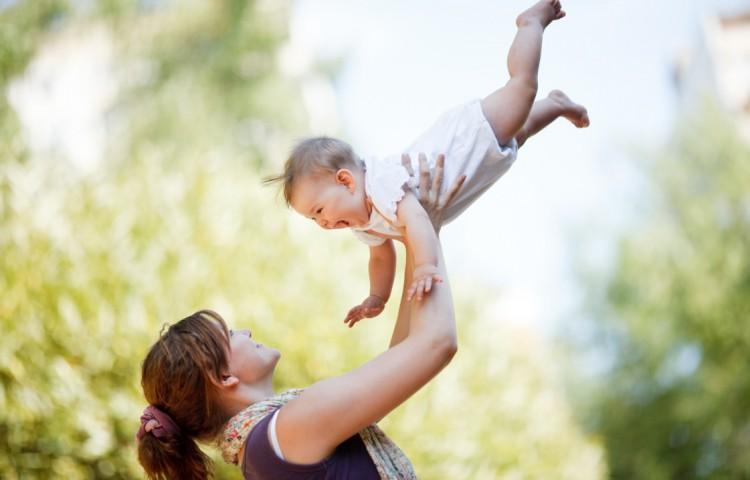 Mor leger med baby